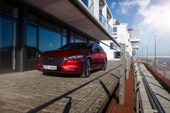 Mazda6 - in rot - Schräg von Vorne.