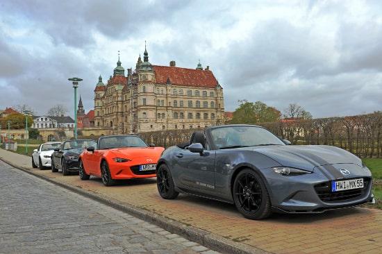 Autohaus Sachs Mazda MX5 mit Blick auf das Güstrower Schloss