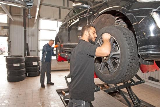 Autohaus Sachs Rostock - Volvo Personal Service - Mitarbeiter reparieren ein Auto
