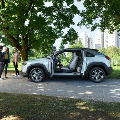 Autohaus Sachs Mazda MX-30 mit offenen Türen